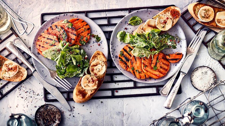 Sie suchen noch eine Beilage für Ihr Steak? Probieren Sie unsere Grill-Süßkartoffelscheiben: Mariniert in einer Mischung aus Honig, Öl, Zimt, Chili und Kreuzkümmel an Mangoldsalat mit frischen Kräutern und Ziegenkäse!