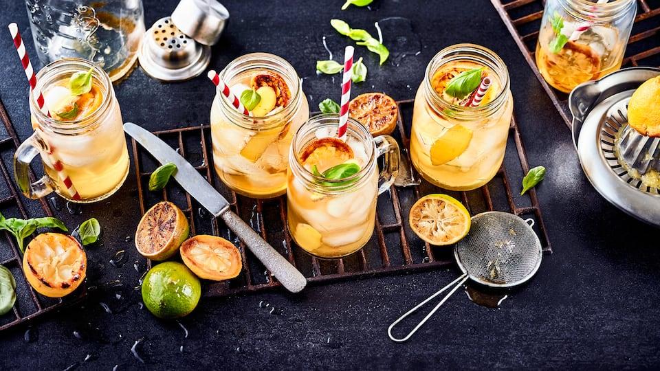 Super erfrischend und weniger süß als herkömmliche Limonaden ist unser Rezept für selbstgemachte Grilled Lemonade aus gegrillten Zitronten und Limetten.
