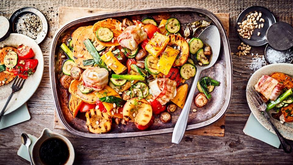 Allerlei Gemüse aromatisch gegrillt und mit Bacon-Ziegenkäse Talern kombiniert ergibt unser Rezept für einen sommerlichen Grillgemüse-Salat.