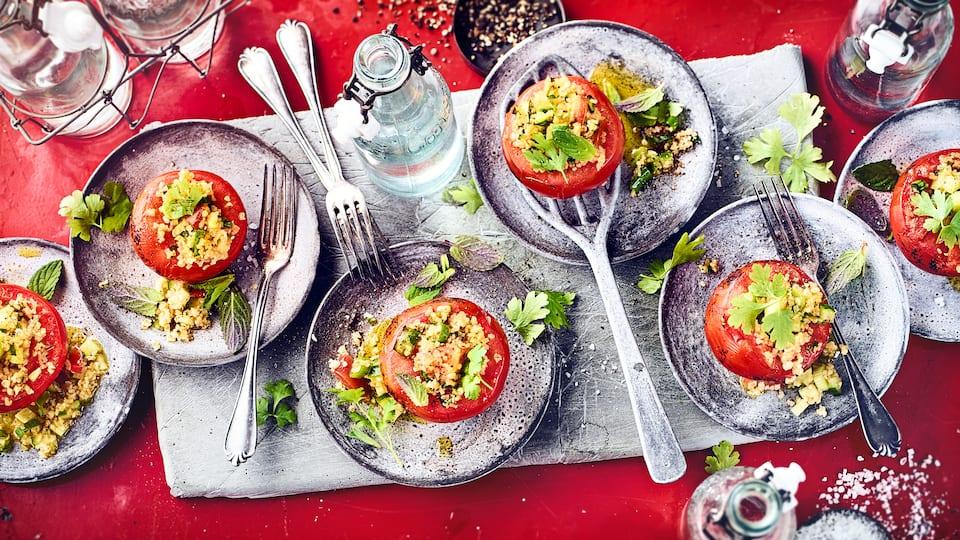 Genießen Sie dieses schnelle, vegetarische Gericht als Snack oder Beilage: Probieren Sie unsere Grilltomate mit pikanter Füllung aus Bulgur, Tomate, Gurke und Lauch – fertig in 30 Minuten!