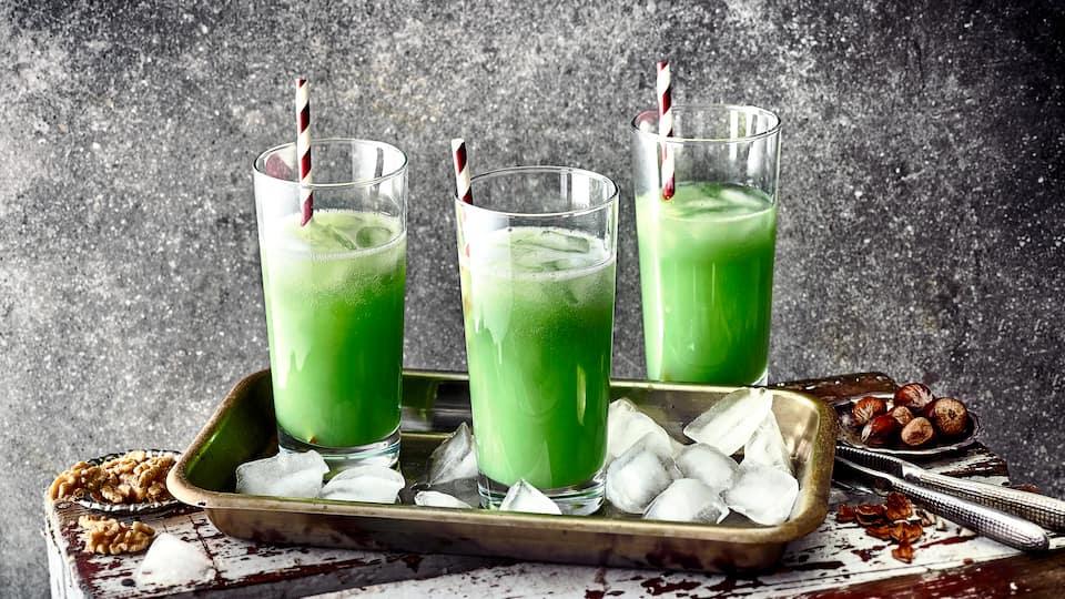 Ein Klassiker aus der DDR: Grüne Wiese – ein Cocktail aus Blue Curaçao, Sekt und Orangensaft mit viel Eis.