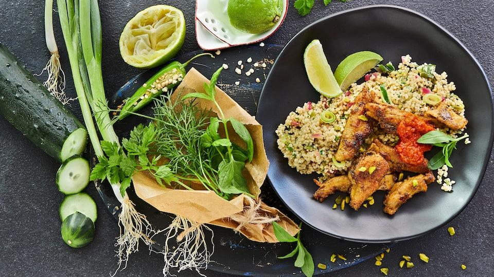 Entdecken Sie unser vegetarisches Rezept für Grüner Couscous-Salat mit viel grünem Gemüse, Kräuter und veganem Fleisch-Ersatz.