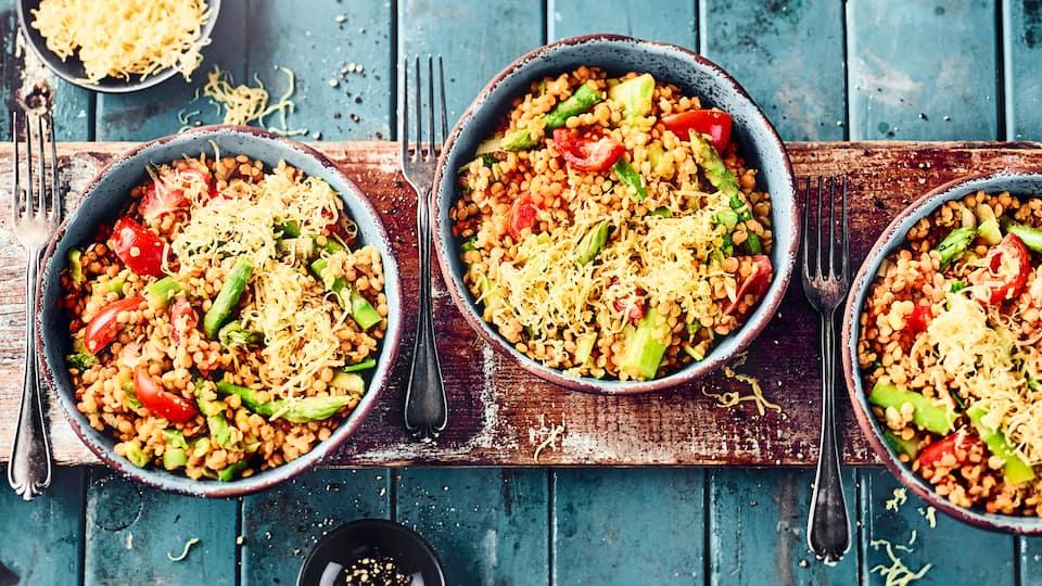 Kochen Sie unser Linsengericht mit grünem Spargel nach und kreieren Sie mit wenig Aufwand eine leckere und sättigende Mahlzeit.