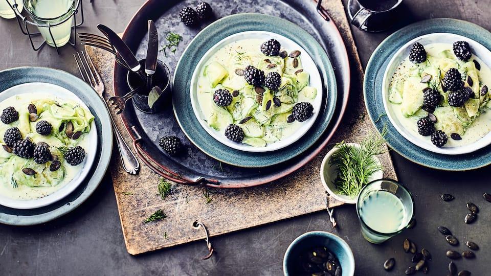 Dieses vegane Gericht haben Sie in 15 Minuten zubereitet: Probieren Sie unseren Salat aus Gurken und Brombeeren mit einem Dressing aus Soja-Joghurt, Dill und Zitronensaft – erfrischend lecker!
