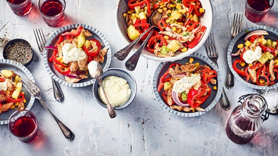 Wir servieren Gyros einmal als Salat mit Gurke, Mais, Paprika und Zwiebeln und reichen dazu Fladenbrot und selbstgemachten Joghurt-Dip.