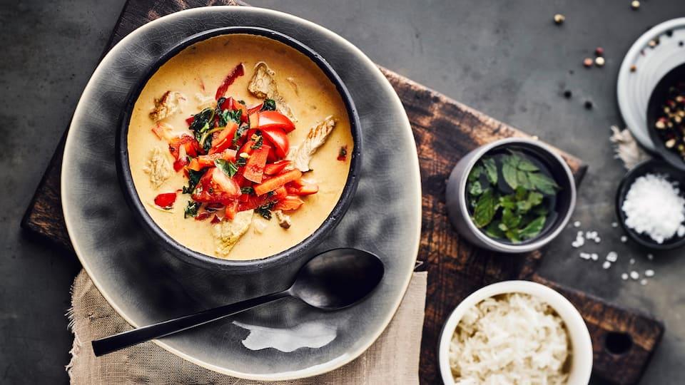 Sie suchen nach Abwechslung im Suppentopf? Bereiten Sie mit unserem Rezept eine herrlich deftige Gyrossuppe mit Geschnetzeltem, Paprika, Sahne und Schmelzkäse zu.