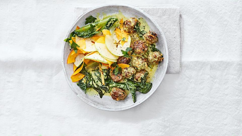 Frische vollwertige Zutaten in einer super leckeren und schnell gemachten Kombination: Unser Rezept für Hackbällchen mit Kürbis, Apfel und Salat.