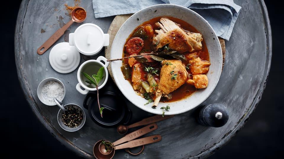 Deftiger Eintopf aus dem amerikanischen Südstaaten: Probieren Sie unser Hähnchen-Gumbo mit Chorizo, Paprika, Süßkartoffeln und Thymian – pikant und lecker!