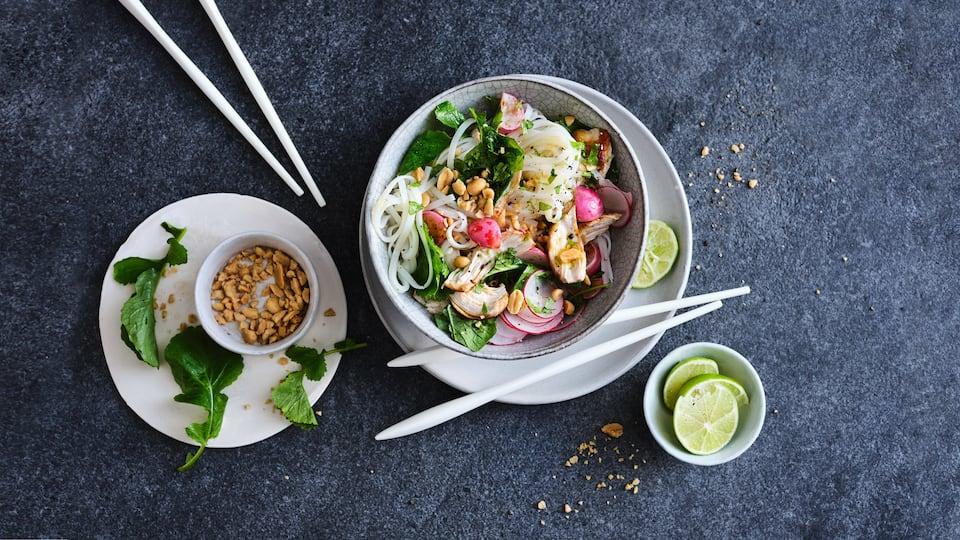 Nur 5 frische Zutaten, ein paar Kleinigkeiten aus dem Vorrat und nach nur 30 Minuten können Sie unsere Hähnchen-Reisnudeln mit Radieschen servieren.