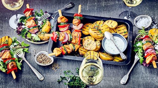 Hähnchen-Spieße mit Salat