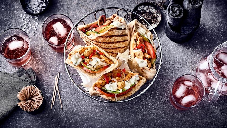 Lecker im Pita-Brot mit frischem Salat und Tzaziki serviert schmeckt das selbstgemachte und fein gewürzte Hähnchengyros besonders gut.