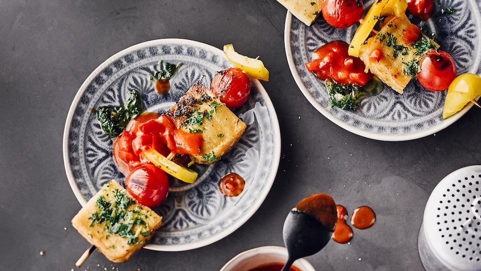 Mit unserem Rezept für Halloumi-Spieße punkten Sie auf Ihrer nächsten Grillparty nicht nur bei Vegetariern, sondern garantiert auch bei Fleisch- und Würstchen-Fans.
