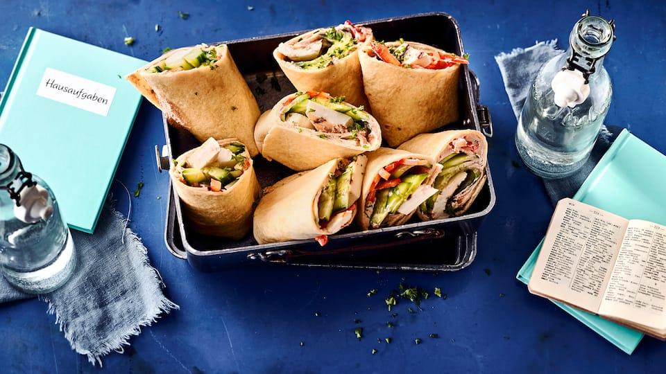 Lecker vegetarisch- Unsere Halloumi-Wraps mit Ajvar-Frischkäse-Crème, Paprika und Gurken sind ein hervorragend frischer Pausen-Snack.