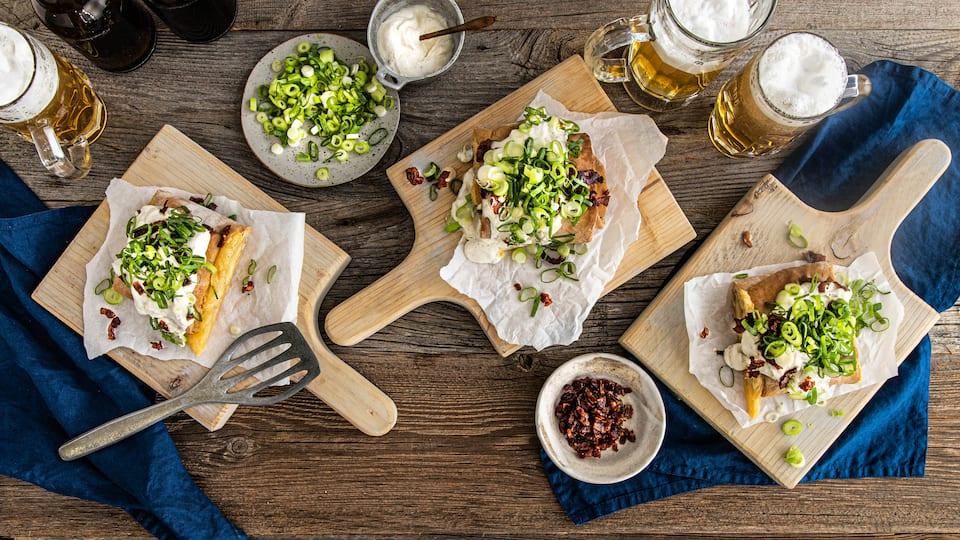Genießen Sie deftiges Handbrot mit Käse, Speck, Zwiebeln und Crème fraîche! Mit unserem Rezept sind die würzigen Fladen schnell und einfach zubereitet.