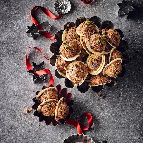 Bereiten Sie mit unserem Rezept für Haselnusskekse fruchtige Plätzchen aus einem Teig mit Cranberrys, getrocknet und als Nektar, und dunkler Schokolade zu.