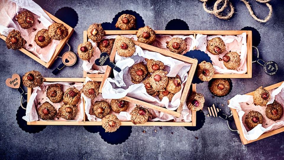 Weihnachtliche Haselnussmakronen schmecken herrlich würzig und nussig und können entweder selbst vernascht werden oder sind ein schönes Mitbringsel in der Adventszeit.