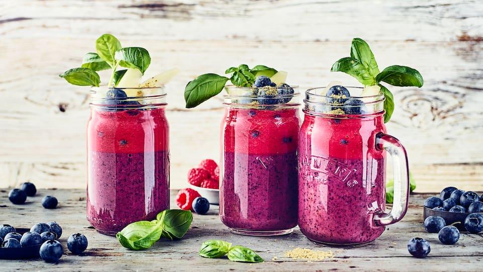 Nicht nur farblich eine Sensation: Unser Heidelbeer-Smoothie mit 2erlei Schichten aus viel frischer Frucht, Joghurt und Matcha-Pulver.