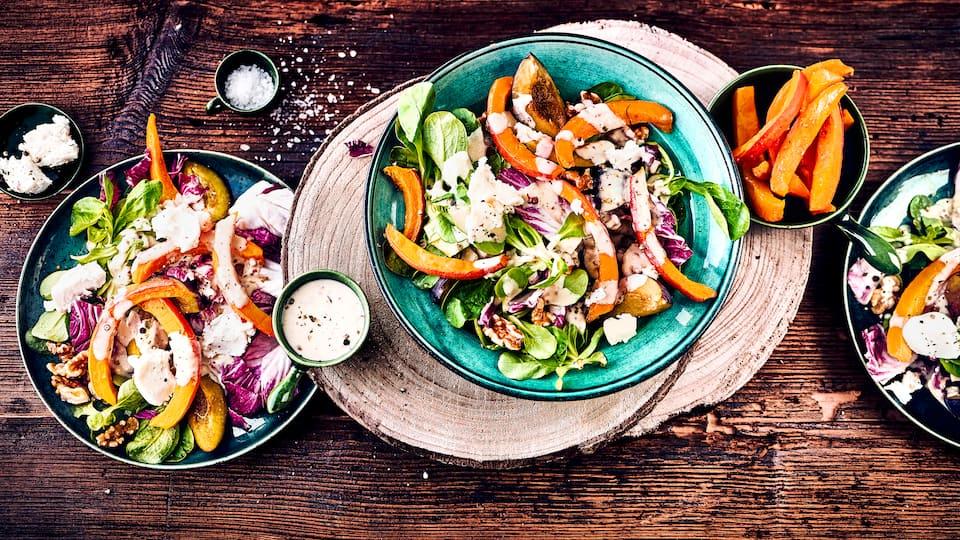 Erfrischende Zwischenmahlzeit: Probieren Sie unseren herbstlichen Salat mit Käse mit Feldsalat, Pflaumen, Hokkaido-Kürbis und Ziegenkäse.