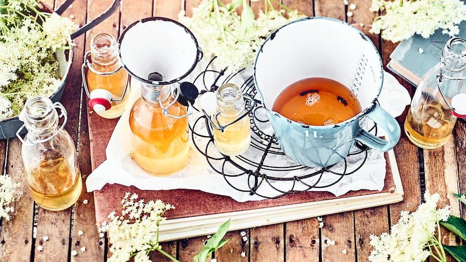 Unser selbst gemachter Holunderblütensirup ist einfach herzustellen & verleiht Getränken und Desserts eine unwiderstehlich süße Note –probieren Sie selbst!