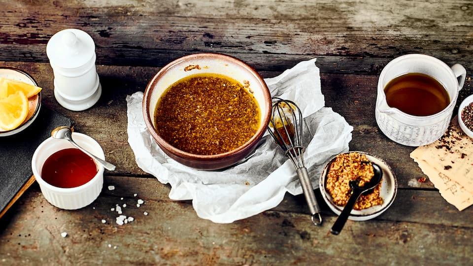 Unser Rezept für Honig-Senf-Dressing ist ein Klassiker für viele Salate und ganz einfach und schnell zubereitet. Wer gerne auf tierische Produkte verzichten möchte kann einfach den Joghurt durch eine vegane Alternative ersetzen.