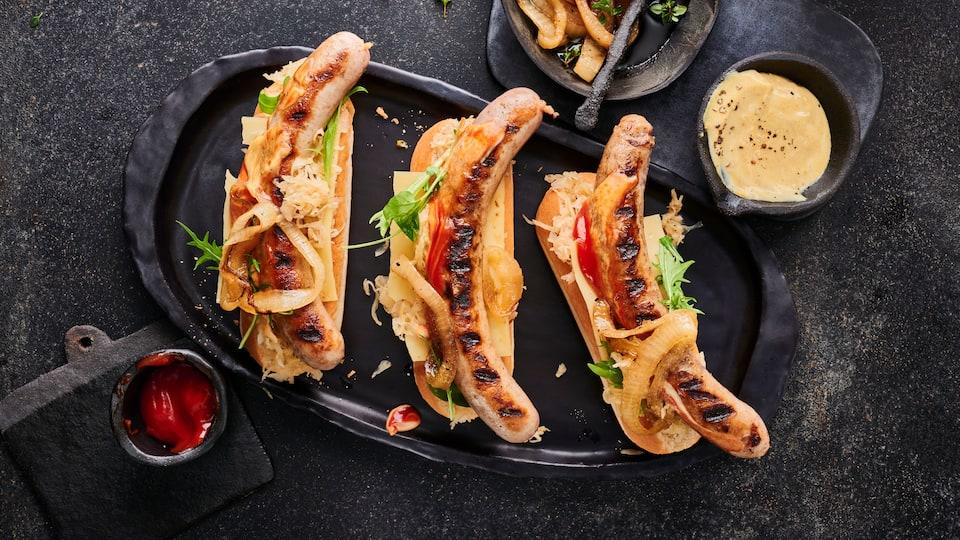 Hot-Dogs mit Sauerkraut und Grillzwiebeln