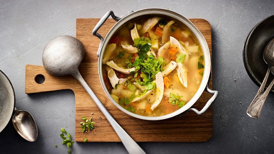 Wärmend in der kalten Jahreszeit und super lecker: Selbstgemachter Hühnereintopf mit Kartoffeln, viel frischem Gemüse und etwas Sahne.