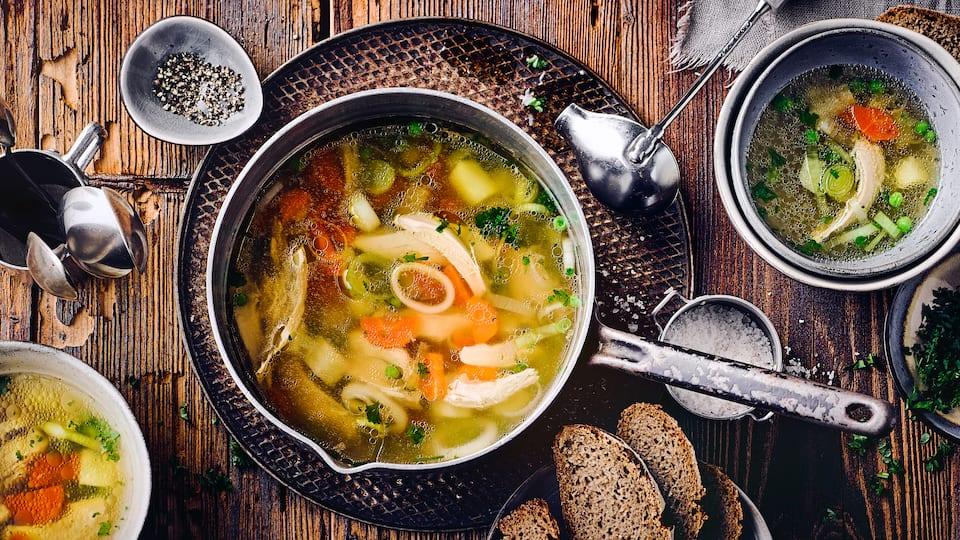 Hühnersuppe gehört zum Standard im Konservenregal, aber nichts geht über frische Zutaten. Kochen Sie die beliebte Suppe mit Huhn und Gemüse selbst und genießen Sie das leckere Aroma!