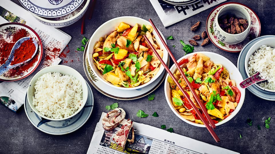 Exotisch und fruchtig: Probieren Sie unser Rezept für mariniertes Huhn mit Ingwer, Sherry, Sake und Sojasoße und genießen Sie dazu Paprika, Ananas und Weißkohl!