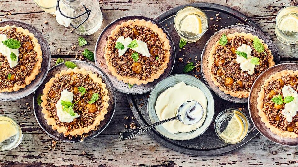 Schön sommerlich, fruchtig und süß - Probieren Sie unsere köstlichen Mirabellentörtchen mit selbstgemachten Quinoa-Hafer-Streusel.