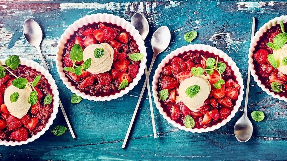 Fruchtiger Nachtisch: Genießen Sie frische Erdbeeren in einer Marinade aus Honig und Zitronenschale auf einer Rhabarber-Dattel-Creme mit Vanille-Eis!