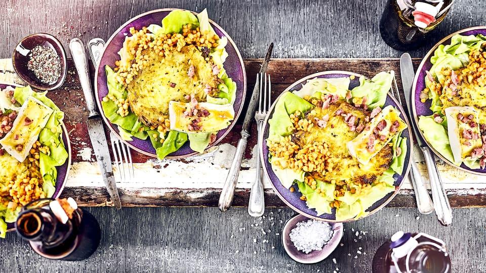 Knusprige Rösti an frischem Blattsalat mit selbstgemachtem, fruchtigen Dressing: Lecker kann so einfach sein!