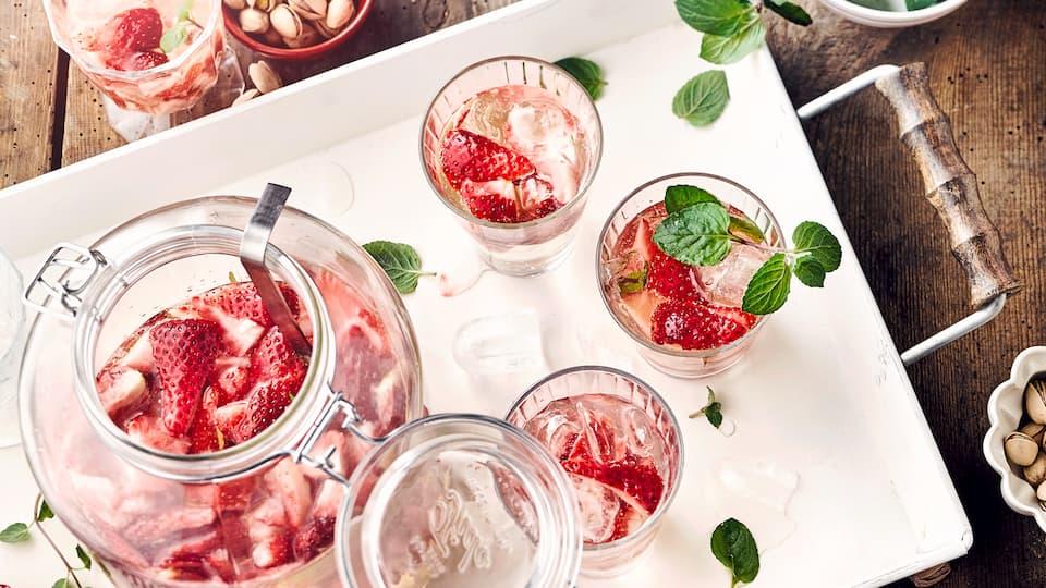 Begrüßen Sie den Mai mit einer spritzigen Erdbeer-Waldmeister-Bowle: Super erfrischend und herrlich prickelnd!