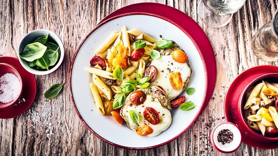 Probieren Sie unser Rezept für überbackenen Mozzarella-Steaks mit Penne, Tomaten, Champignons und Basilikum aus.