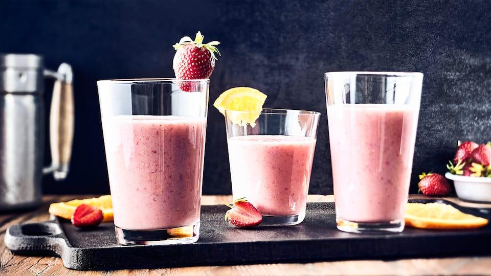 Fruchtiger Sommerdrink: Probieren Sie unseren Orange-Erdbeer-Shake mit Ahornsirup, Buttermilch und Vierkornflocken - erfrischend und nahrhaft zugleich!