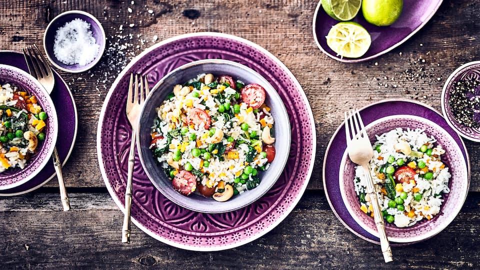 Sie suchen Inspiration für vegane Gerichte? Kochen Sie schnell und einfach unsere indische Reis-Gemüse-Pfanne mit Lebkuchengewürz und Lorbeerblättern.