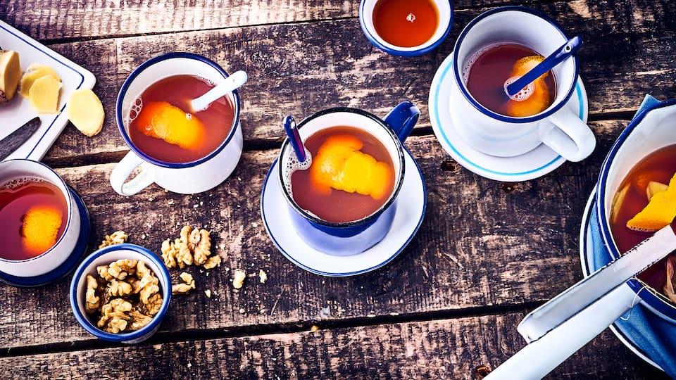 Würzig und fruchtig: mit unserem Rezept für den Ingwer-Orangen-Punsch benötigen Sie nur sechs Zutaten und 20 Minuten Zeit – probieren Sie es gleich mal aus!