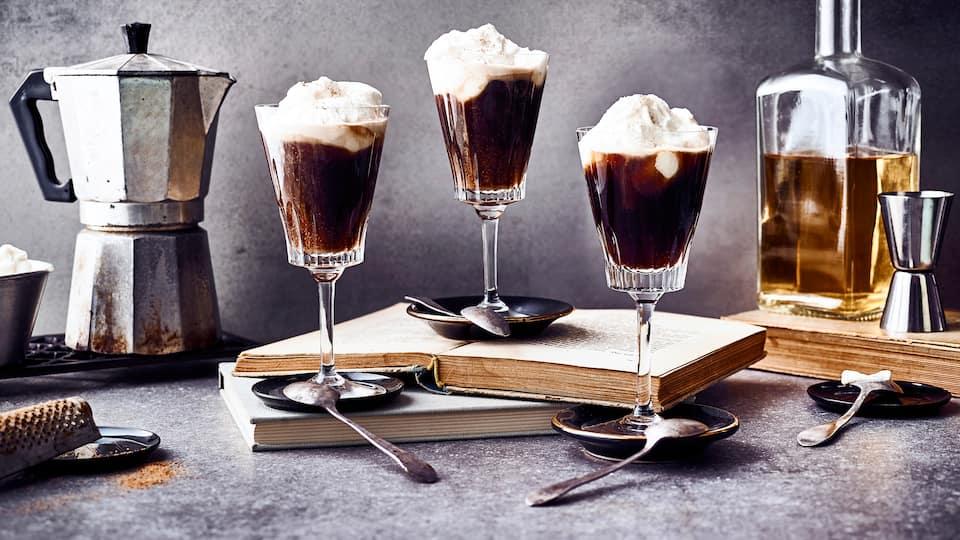 Irish Coffee ist eine Spezialität aus Irland – ein köstlicher gesüßter Kaffee mit Sahne und Whiskey.