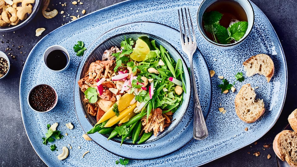 Trendfood mit Trendfrucht: Genießen Sie eine Curry-Bowl mit Jackfruit, Gurke und Mango. Fein abgeschmeckt mit Soja- und Teriyakisauce ein Highlight!