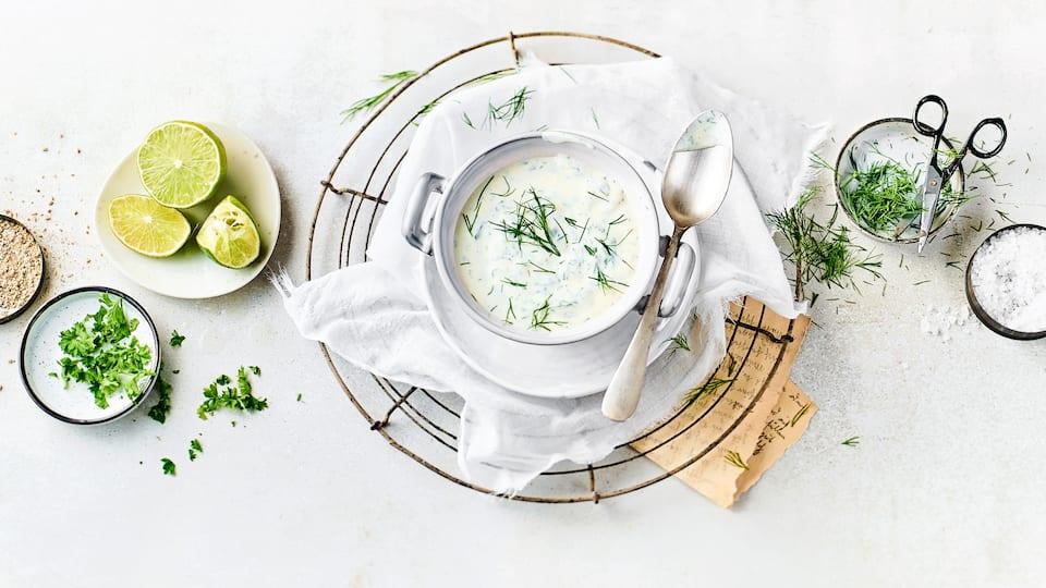 Mit unserem Joghurt-Dressing Rezept haben Sie ein einfaches und selbstgemachtes Dressing für Ihren Salat, was immer schmeckt.