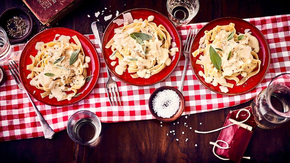 Schmeckt groß wie klein und ist ganz einfach selbergemacht: Klassische Käse Sahne Soße – bei uns serviert mit Tagliatelle.