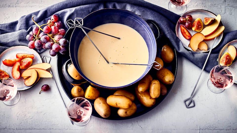 Für Ihr nächstes Abendessen mit Freunden: Probieren Sie unser Käsefondue mit Kartoffeln und Früchten wie Ananas, Pflaumen, Trauben und Kapstachelbeeren!