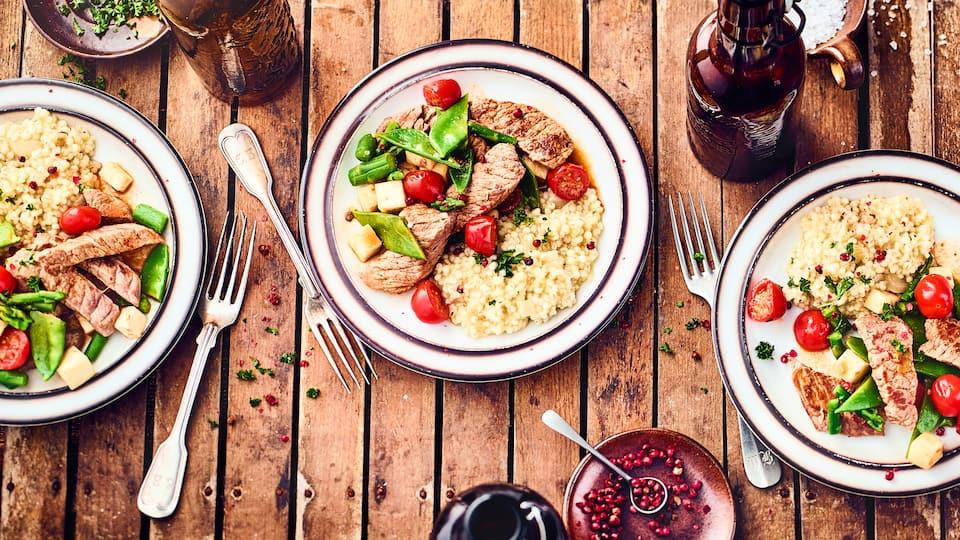Leckeres Fleischgericht mit Gemüsebeilage: Probieren Sie unser cremiges Kalbsgeschnetzeltes mit grünem Spargel, Zuckerschoten und Graupenrisotto!