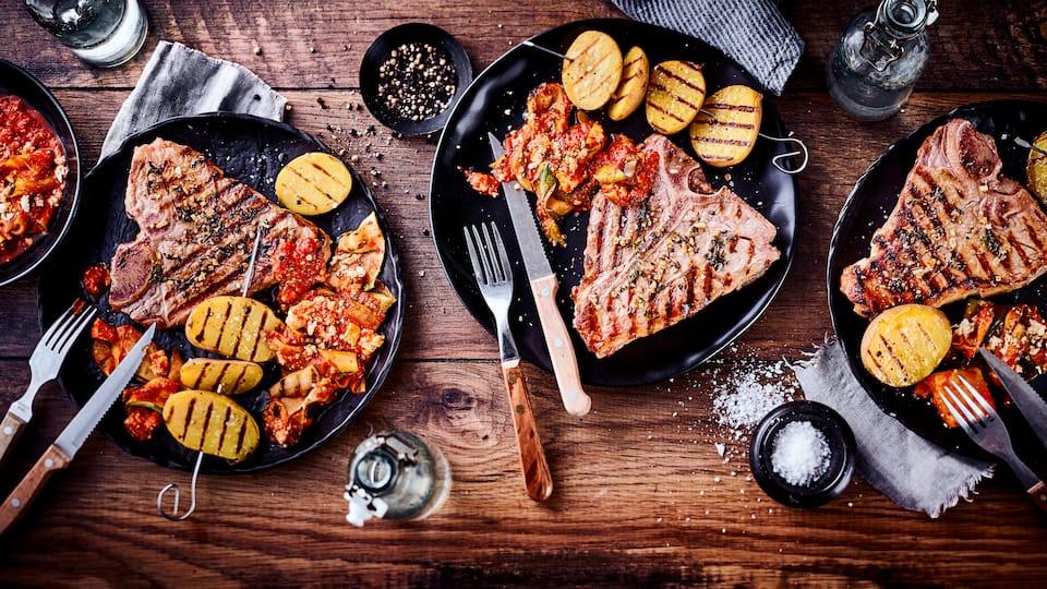 Leckeres Gericht für den Grill: Probieren Sie unser zartes Kalbskotelett in selbstgemachter Thymian-Marinade mit Prinzessbohnen und gefächterten Grillkartoffeln!