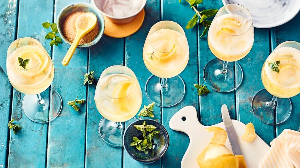 Kalte Ente – Moment mal!?  Die Sommerbowle setzte sich in den 50er Jahren durch. Unsere Kalte Ente aus Weißwein, Sekt und Zitronen verleiht jeden Sommerabend eine spritzig-saure Atmosphäre!