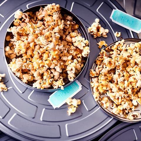 Film ab für unser selbstgemachtes Karamell Popcorn! Genießen Sie doch einmal einen Filmabend mit diesem süßen Leckerbissen.