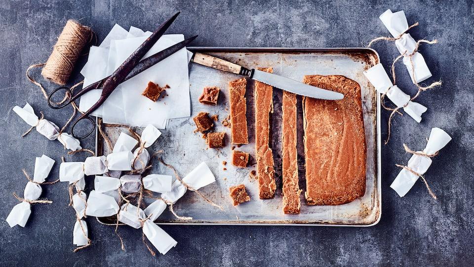 Selbstgemachte Karamellbonbons schmecken besonders lecker und eignen sich schön verpackt auch hervorragend als Geschenk.