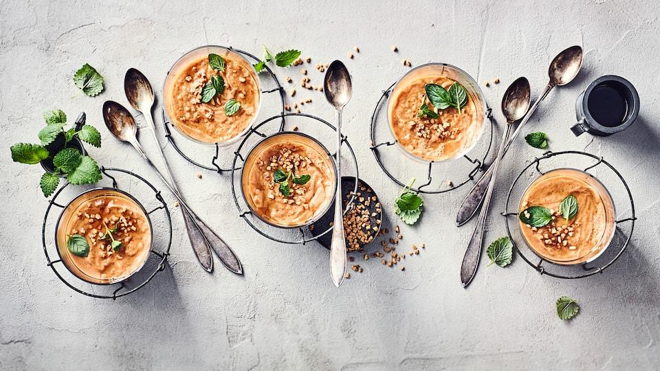 Ob pur genießen oder zum Beispiel mit Früchten oder Krokant garniert verspeisen: Der Karamellpudding ist super cremig und herrlich süß.