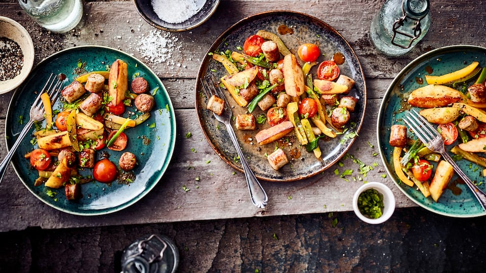 Wie wäre es mal mit einer Kartoffel-Bratwurstpfanne? Probieren Sie unser Rezept einmal aus: Mit Paprika, Frühlingszwiebeln und Cocktailtomaten!