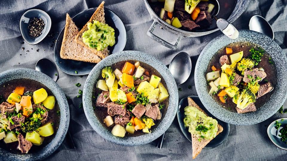 Der Klassiker einmal anders: Probieren Sie unser Kartoffel-Gemüse-Eintopf-Rezept mit Tafelspitz, Ingwer und pikantem Avocado-Meerrettich-Dip aus!