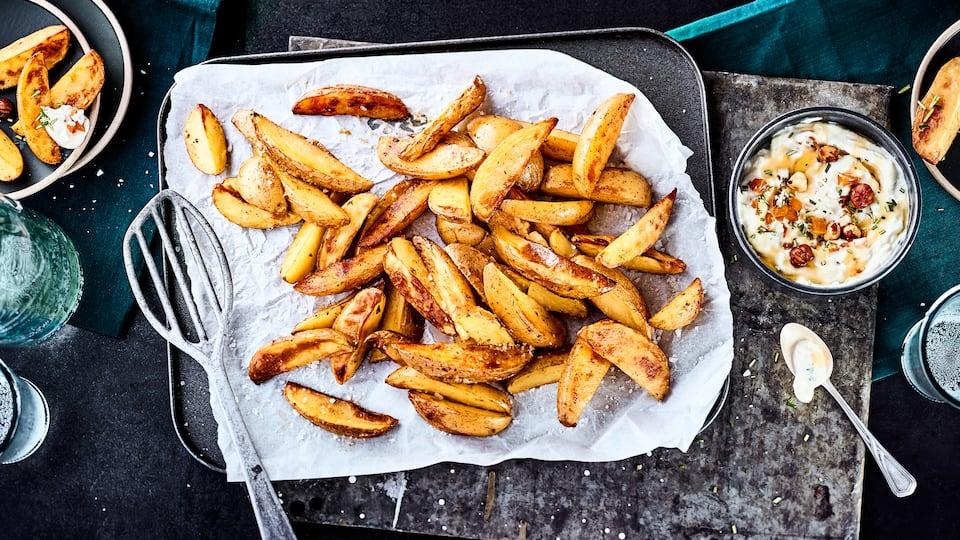Ein perfekter Snack für Zwischendurch oder eine Beilage zur Hauptmahlzeit: Unser Rezept für selbstgemachte Kartoffelecken ergänzen wir um einen köstlichen Ziegenfrischkäse-Dip.